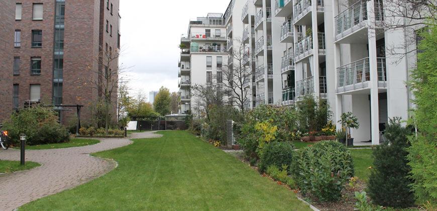 Siedlung mit gepflegter Grünanlage